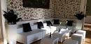Weiße Lounge mit schwarzer Deko