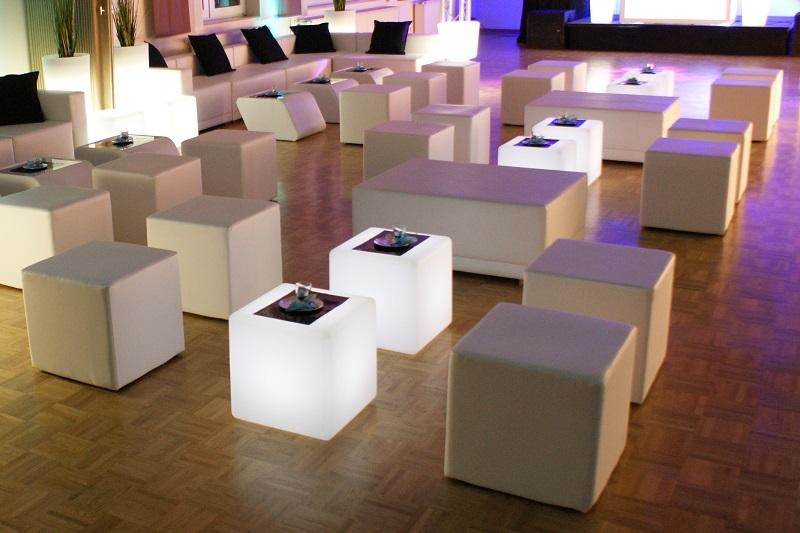 Weiße Lounge beleuchtet für Hochzeit