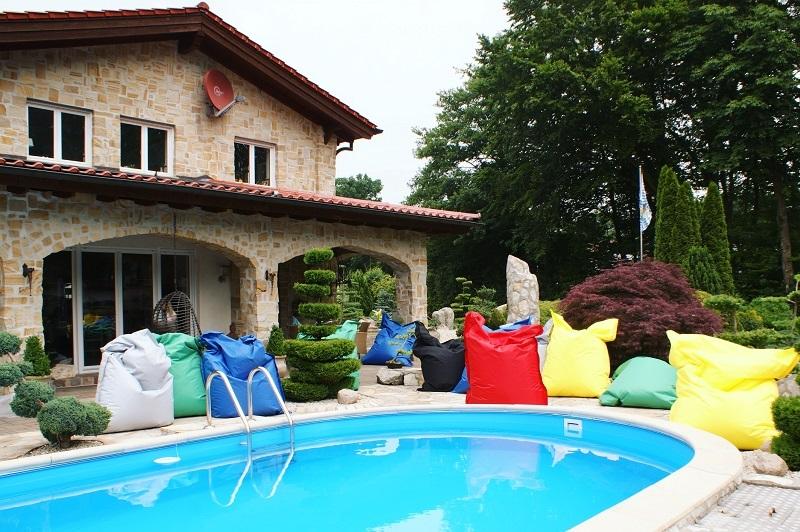 Sitzsäcke am Pool