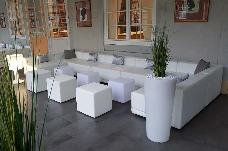 Eine weiße Lounge