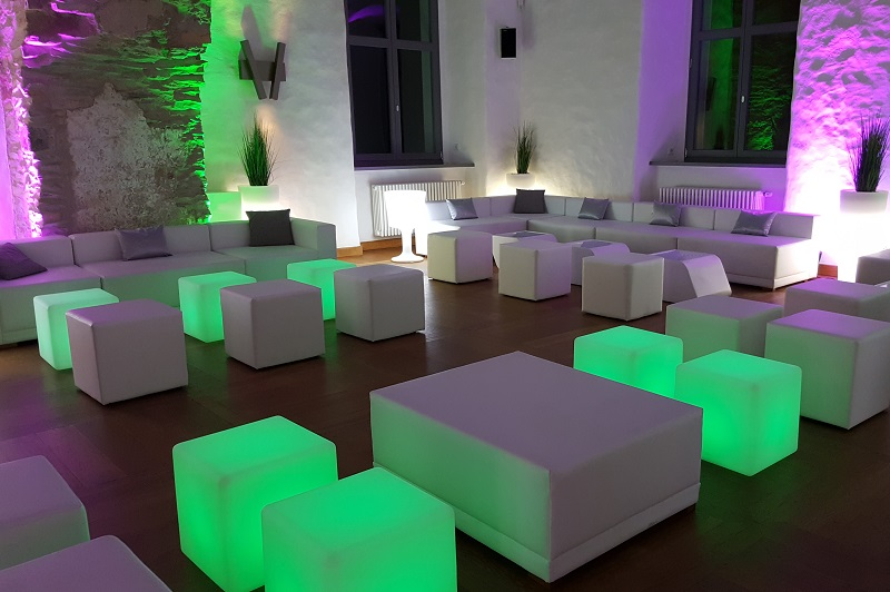 Weiße Lounge illuminiert