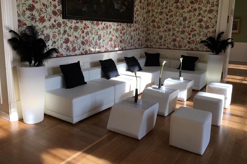 Weiße Lounge mit schwarzen Kissen