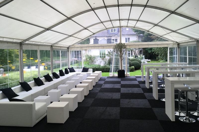 Lounge und Brückentische im Zelt